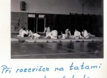 Při rozcvičce na tatami ve sportovní hale