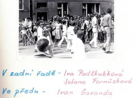 V zadní řadě - Iva Podškubková, Jolana Fornůsková. Ve předu - Ivan Gavanda, Jarda Mráček
