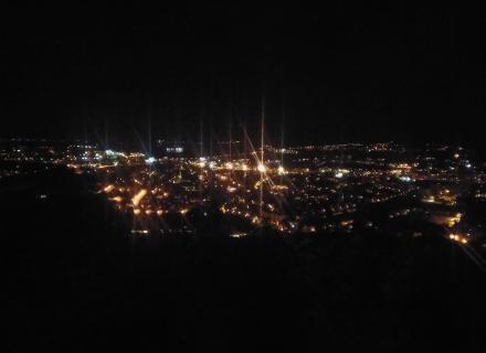 Pohled na noční Teplice z hradu Doubravka